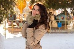 Fantastisk gullig kvinna i vinter Arkivbilder