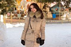 Fantastisk gullig kvinna i vinter Royaltyfria Foton
