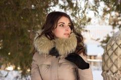 Fantastisk gullig kvinna i vinter Royaltyfria Bilder