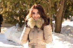 Fantastisk gullig kvinna i vinter Arkivbild