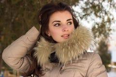 Fantastisk gullig kvinna i vinter Royaltyfri Foto