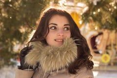 Fantastisk gullig kvinna i vinter Fotografering för Bildbyråer