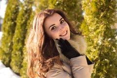 Fantastisk gullig kvinna i vinter Arkivfoto