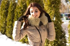Fantastisk gullig kvinna i vinter Royaltyfri Fotografi