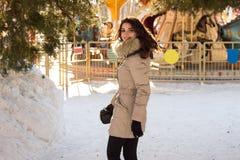 Fantastisk gullig kvinna i vinter Royaltyfri Bild
