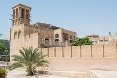 Fantastisk härlig forntida historisk krämig brun byggnad med busken nära förbi Royaltyfria Foton
