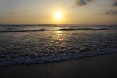 Fantastisk härlig sikt för havslandskapsolnedgång av stranden för Seminyak dubblett sex i den Bali ön av Indonesien Royaltyfri Bild