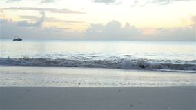Fantastisk härlig solnedgång på en exotisk karibisk strand lager videofilmer