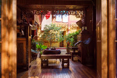 Fantastisk hemtrevlig borggård av trähuset för traditionell kines Royaltyfria Foton