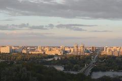 Fantastisk himmel över stads- och konstruktionsplatsen Skymning över staden royaltyfri bild