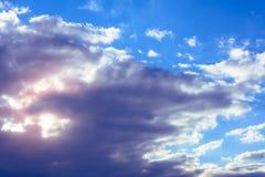 Fantastisk himmel med charmigt stillar moln och orange solsken royaltyfri fotografi