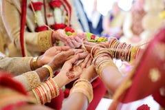 Fantastisk hinduisk bröllopceremoni Detaljer av traditionellt indiskt bröllop royaltyfria bilder