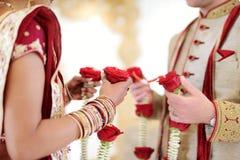 Fantastisk hinduisk bröllopceremoni Detaljer av traditionellt indiskt bröllop arkivfoto
