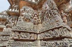 Fantastisk indisk arkitektur i forntida tempel av Halebidu, med den sned Narasimha Herren och andra hinduiska gudar, Indien Royaltyfri Fotografi