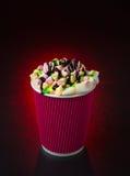 Fantastisk kaffekopp på röd bakgrund Fotografering för Bildbyråer