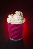Fantastisk kaffekopp på röd bakgrund Royaltyfria Foton