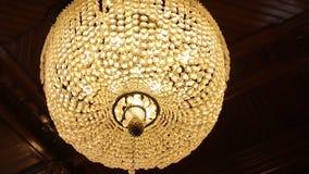 Fantastisk lyxig ljuskrona på tak Den stora kristallkronan Arkivbild