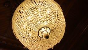 Fantastisk lyxig ljuskrona på tak Den stora kristallkronan Arkivfoto