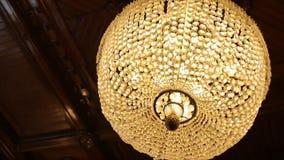 Fantastisk lyxig ljuskrona på tak Den stora kristallkronan Royaltyfri Foto