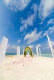 Fantastisk mötesplats för strandbröllop i Maldiverna, tappningfilter royaltyfria foton