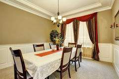Fantastisk matsalinre med trevliga gardiner Arkivbilder