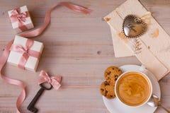 Fantastisk morgon på dag för valentin` s med koppen av favorit- kaffe, gåvor, tangenten och bokstaven från din älskling arkivfoto