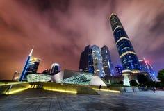 Fantastisk nattsikt av den Guangzhou operahuset och skyskraporna Royaltyfria Bilder