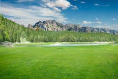 Fantastisk natur, grön äng, sjö och berg Royaltyfria Bilder
