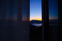 Fantastisk orange solnedgång Sikt från det hem- fönstret Arkivfoto