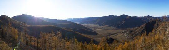 Fantastisk panorama av en stor bergskedja Den ljusa solen ger härlig färg och djup Fotografering för Bildbyråer