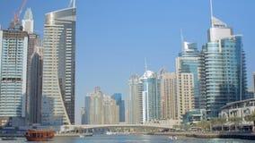 Fantastisk panorama av moderna skyskrapor på kuster av fejkar kanalen mot klar blå himmel stock video