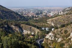 Fantastisk panorama av staden av Asenovgrad från fästningen för Asen ` s, Bulgarien Arkivbild