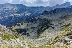Fantastisk panorama runt om det Banderitsa passerandet, Pirin berg royaltyfri bild