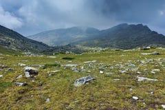 Fantastisk panorama runt om det Banderitsa passerandet, Pirin berg royaltyfri foto
