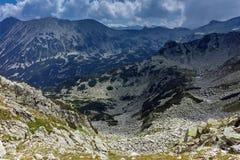 Fantastisk panorama runt om det Banderitsa passerandet, Pirin berg fotografering för bildbyråer