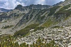 Fantastisk panorama runt om det Banderitsa passerandet, Pirin berg arkivfoto