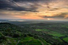 Fantastisk panoramautsikt av Monsaraz på solnedgången Royaltyfri Bild
