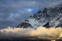 Fantastisk plats av det Zugspitze berget räknade snowtrees Bayerskt maximum nära Garmisch Partenkirchen, Bayern, Tyskland Arkivfoton