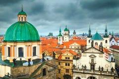 Fantastisk Prague cityscape med färgrika hustak och torn, Europa royaltyfri bild
