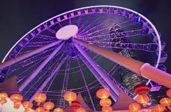 Fantastisk purpurfärgad pariserhjul i Hong Kong vid natt Arkivfoton