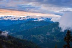 Fantastisk purpurfärgad solnedgång i berg efter storm fotografering för bildbyråer