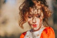 Fantastisk rödhårig manflicka i en mystisk skog arkivfoton
