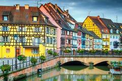 Fantastisk romantisk cityscape med färgrika hus och blommor, Colmar, Frankrike royaltyfri foto