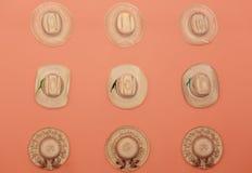 fantastisk samling av stilfulla sugrörhattar för olik trendig tappning på orange bakgrund Arkivbild