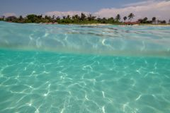 Fantastisk sandig strand mot den molnfria himlen Royaltyfri Bild