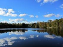 Fantastisk sikt över en sjö Arkivbild
