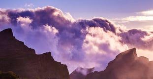 Fantastisk sikt av bergmaxima med h?rliga moln p? solnedg?ngen L?ge: Tenerife kanarief?gel?ar, Spanien Konstn?rlig bild royaltyfri bild