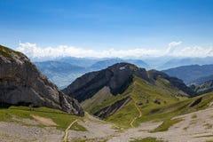 Fantastisk sikt av bergskedjor med fotbanan Arkivfoto