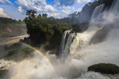 Fantastisk sikt av de Iguassu nedgångarna och regnbågen Arkivbilder