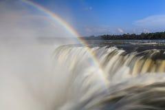 Fantastisk sikt av de Iguassu nedgångarna och regnbågen Arkivfoton